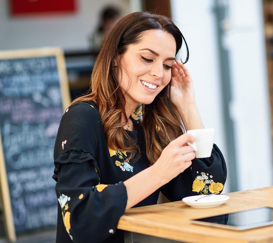 mulher-branca-cafe